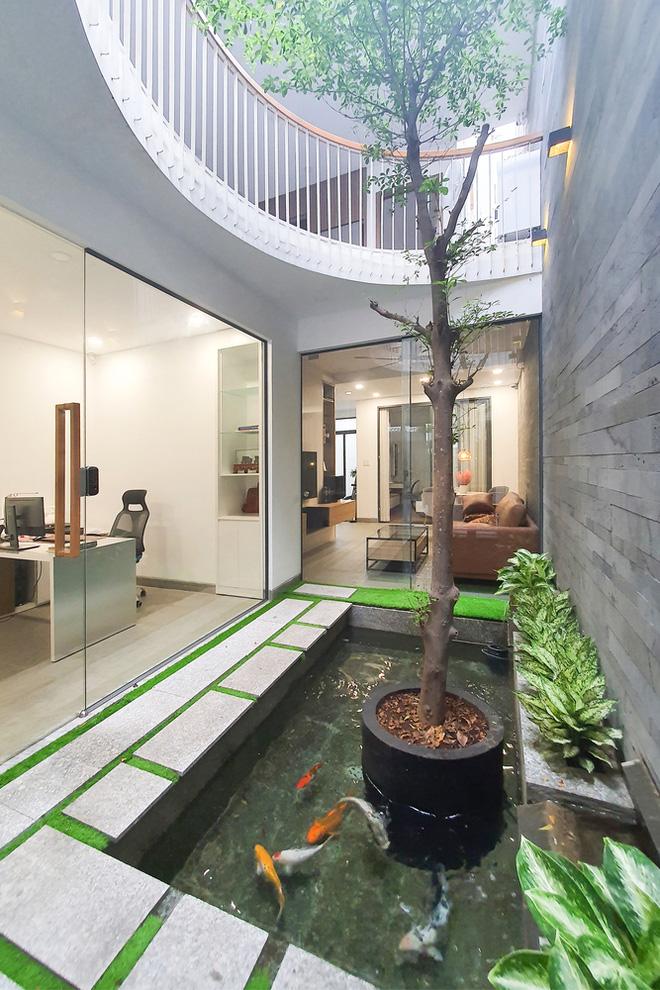 Tp.HCM: Căn nhà tạo sự ảo giác, có hồ cá Koi và vườn cây trên sân thượng - Ảnh 9.