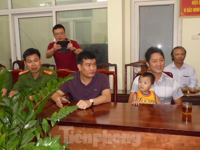 Nghẹn ngào khoảnh khắc bé trai bị bắt cóc ở Bắc Ninh đoàn tụ với gia đình - Ảnh 5.