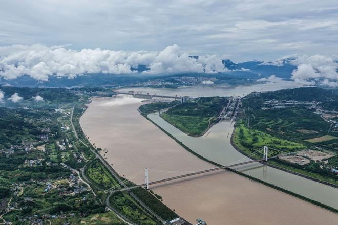 Trữ lượng hồ chứa đập Tam Hiệp gấp 2.000 lần trữ lượng nước Tây Hồ, người Trùng Khánh vất vả thu dọn tàn tích - Ảnh 1.