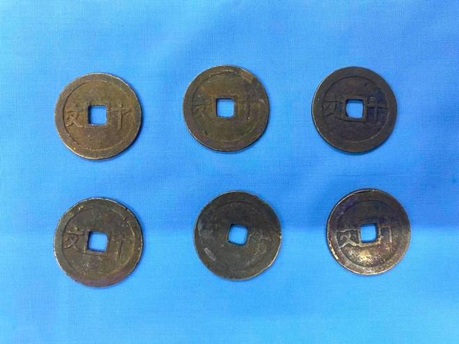 Đào móng làm nhà, phát hiện gần 1 tạ tiền xu cổ đại bằng đồng của 7 vị vua - Ảnh 2.