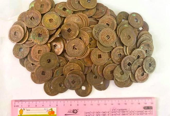 Đào móng làm nhà, phát hiện gần 1 tạ tiền xu cổ đại bằng đồng của 7 vị vua - Ảnh 1.