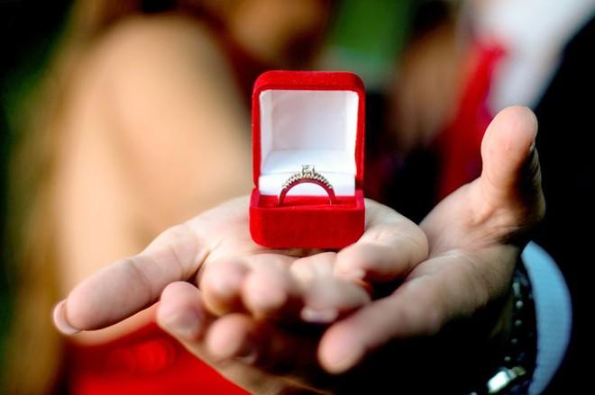 Được hôn phu tặng nhẫn kim cương đắt tiền, 2 năm sau cô gái phát hiện ra sự thật động trời - Ảnh 1.