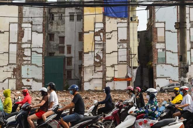24h qua ảnh: Mọi người đi qua các ngôi nhà đang giải tỏa ở Hà Nội - Ảnh 3.
