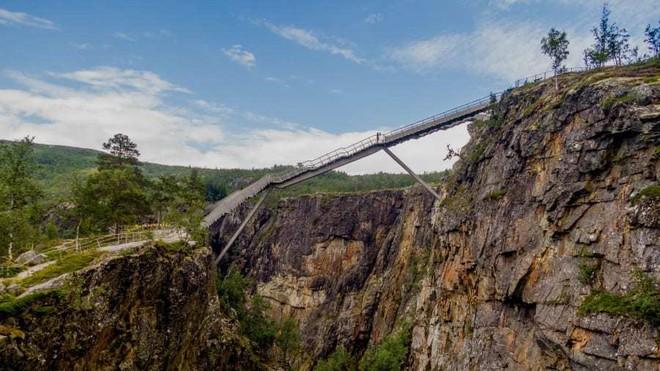 Cây cầu bậc thang cheo leo giữa hai hẻm núi ở Na Uy - Ảnh 2.
