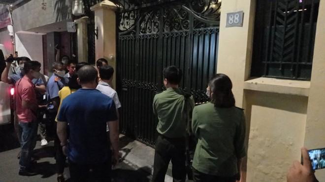 [NÓNG] Công an đang khám nhà ông Nguyễn Đức Chung, Chủ tịch UBND TP Hà Nội - Ảnh 4.