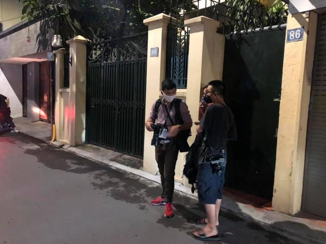 [NÓNG] Công an đang khám nhà ông Nguyễn Đức Chung, Chủ tịch UBND TP Hà Nội - Ảnh 3.