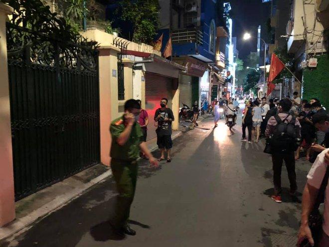 [NÓNG] Công an đang khám nhà ông Nguyễn Đức Chung, Chủ tịch UBND TP Hà Nội - Ảnh 2.