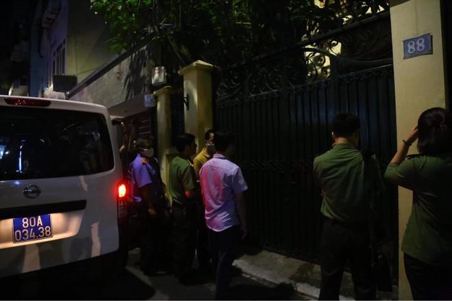 [NÓNG] Công an đang khám nhà ông Nguyễn Đức Chung, Chủ tịch UBND TP Hà Nội - Ảnh 6.