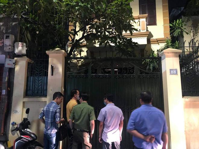 [NÓNG] Công an đang khám nhà ông Nguyễn Đức Chung, Chủ tịch UBND TP Hà Nội - Ảnh 7.