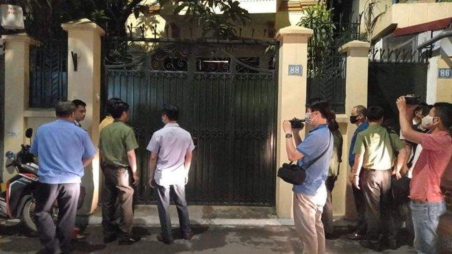 [NÓNG] Công an đang khám nhà ông Nguyễn Đức Chung, Chủ tịch UBND TP Hà Nội - Ảnh 8.