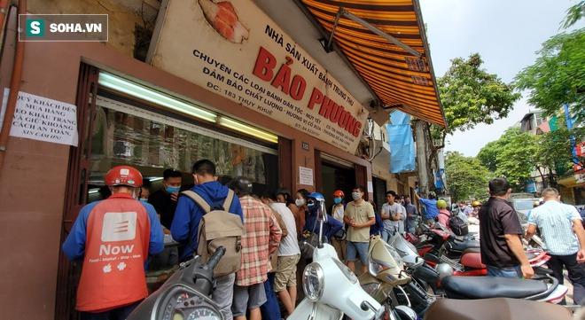 Cảnh tượng như thời bao cấp tại phố bánh Trung thu truyền thống nổi tiếng Hà Nội - Ảnh 1.