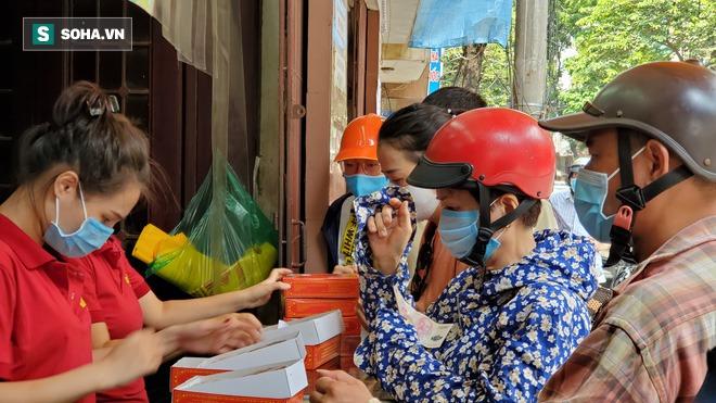 Cảnh tượng như thời bao cấp tại phố bánh Trung thu truyền thống nổi tiếng Hà Nội - Ảnh 3.