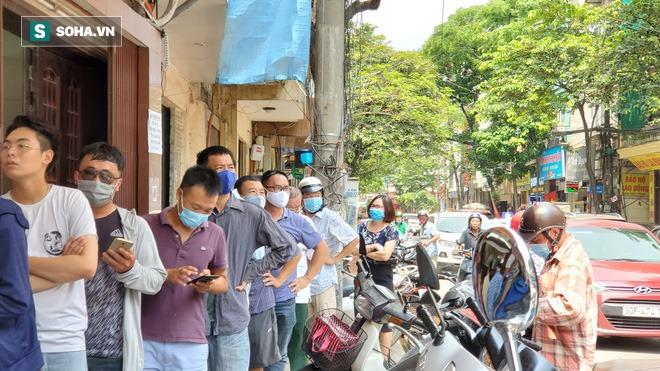 Cảnh tượng như thời bao cấp tại phố bánh Trung thu truyền thống nổi tiếng Hà Nội - Ảnh 2.