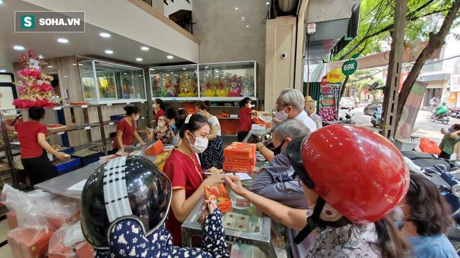 Cảnh tượng như thời bao cấp tại phố bánh Trung thu truyền thống nổi tiếng Hà Nội - Ảnh 4.