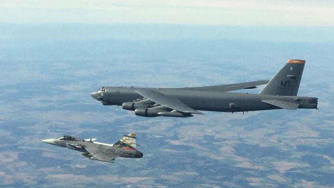 Màn khoe sức mạnh dễ nể của 86 máy bay quân sự NATO - Ảnh 1.