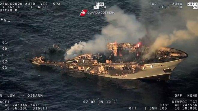 Xem siêu du thuyền Italy rực lửa chìm xuống đáy biển - Ảnh 2.