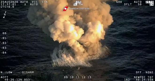Xem siêu du thuyền Italy rực lửa chìm xuống đáy biển - Ảnh 3.