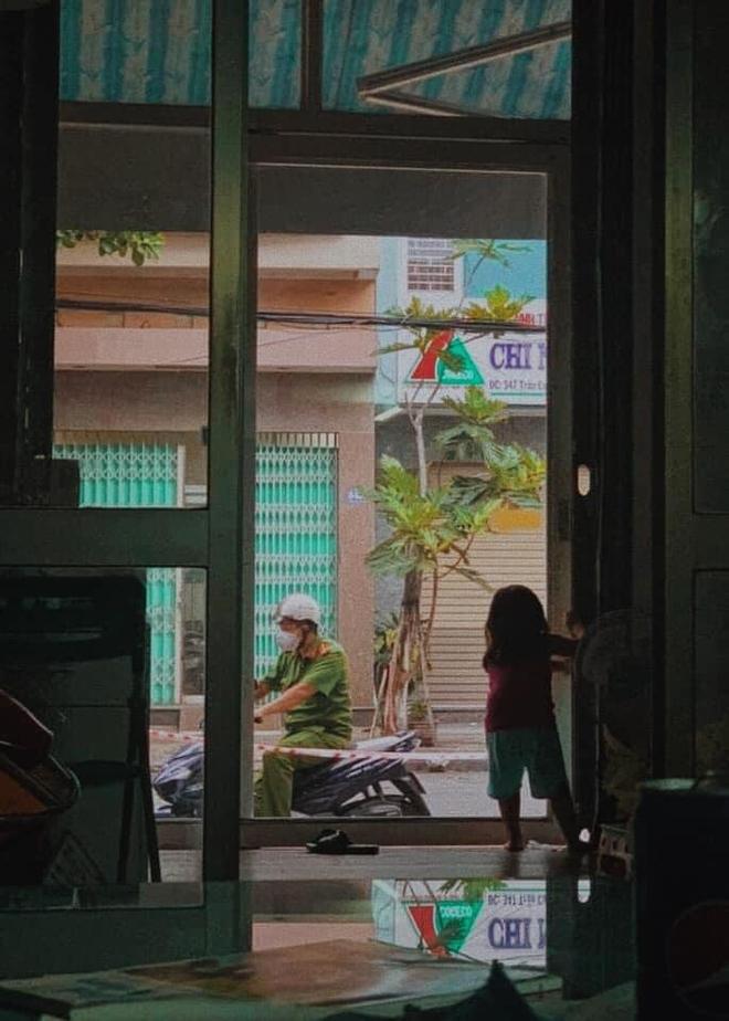 Giữa tâm dịch Đà Nẵng, hình ảnh chiến sĩ công an chào con gái qua cửa kính gây xúc động - Ảnh 3.