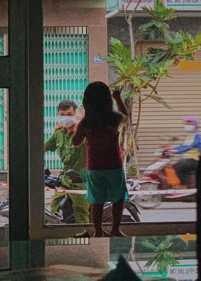 Giữa tâm dịch Đà Nẵng, hình ảnh chiến sĩ công an chào con gái qua cửa kính gây xúc động - Ảnh 2.