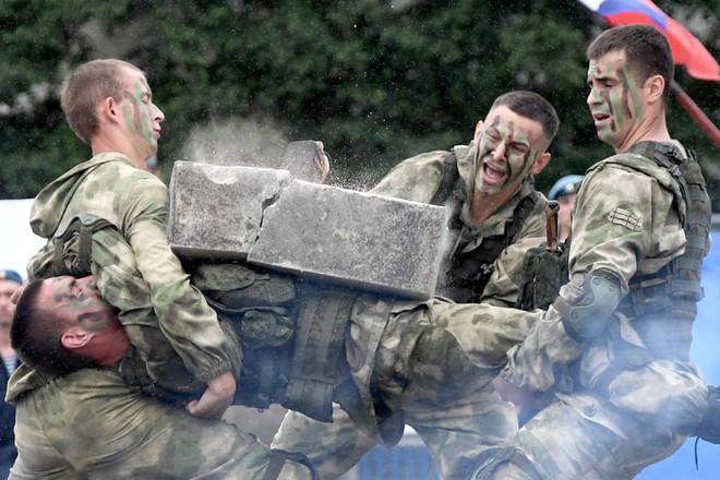 24h qua ảnh: Lính dù Nga trình diễn kỹ năng võ thuật - Ảnh 2.