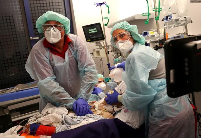 CDC dự đoán về số người Mỹ có thể tử vong trong 20 ngày tới vì COVID-19: Con số giật mình! - Ảnh 1.