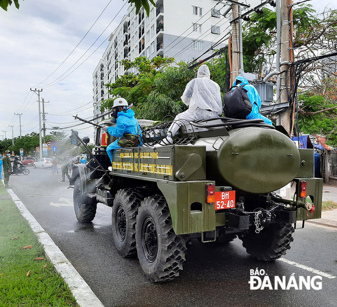 Thứ trưởng Y tế xin phép Thủ tướng ở lại Đà Nẵng cho đến khi dịch chấm dứt; Bộ đội hóa học phun thuốc sát khuẩn toàn bộ tuyến đường ở quận Sơn Trà - Ảnh 1.