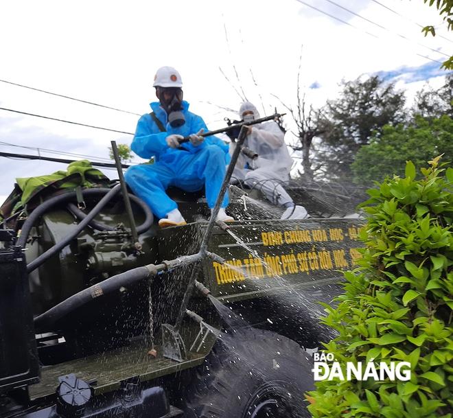 Thứ trưởng Y tế xin phép Thủ tướng ở lại Đà Nẵng cho đến khi dịch chấm dứt; Bộ đội hóa học phun thuốc sát khuẩn toàn bộ tuyến đường ở quận Sơn Trà - Ảnh 2.