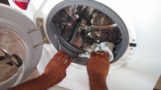 Chị em nên vệ sinh máy giặt thường xuyên.