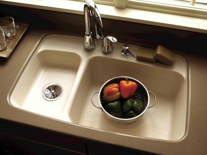 Bồn rửa bát trở thành nơi sinh sản rất nhiều vi khuẩn và bẩn nhất là phần lọc rác.