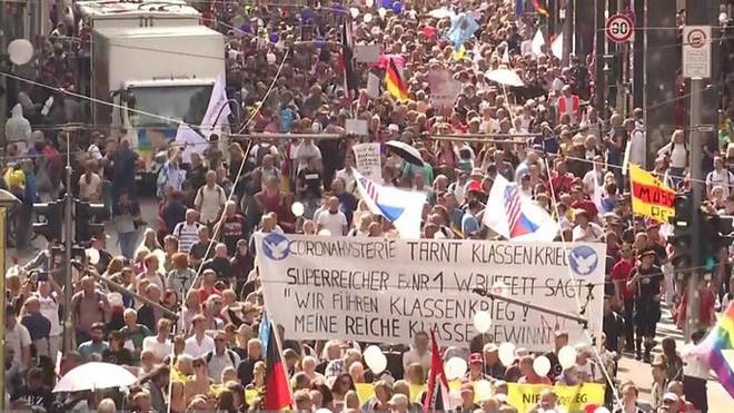 Đức, Anh biểu tình chống biện pháp ngăn Covid-19, 300 người bị bắt - Ảnh 1.