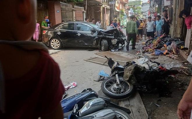 """Hà Nội: Ô tô """"điên"""" tông liên hoàn nhiều xe máy, 3 người bị thương"""