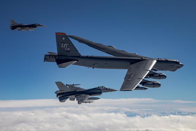 Mỹ giăng bẫy đưa phòng không Nga vào tròng: Bất ngờ vai trò của pháo đài bay B-52 - Ảnh 1.