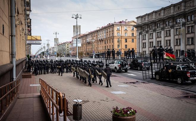 Biểu tình tiếp diễn, quân đội Belarus phát hiện rất nhiều kho bí mật giấu thanh sắt, cọc nhọn - Ảnh 2.