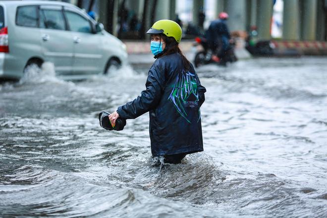 [Ảnh] Rốn ngập Sài Gòn lại chìm trong biển nước: Đường càng sửa dân càng khổ - Ảnh 5.