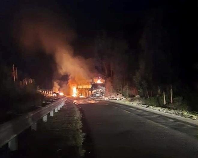 Xe khách giường nằm chở 40 người cháy rụi trong đêm - Ảnh 1.