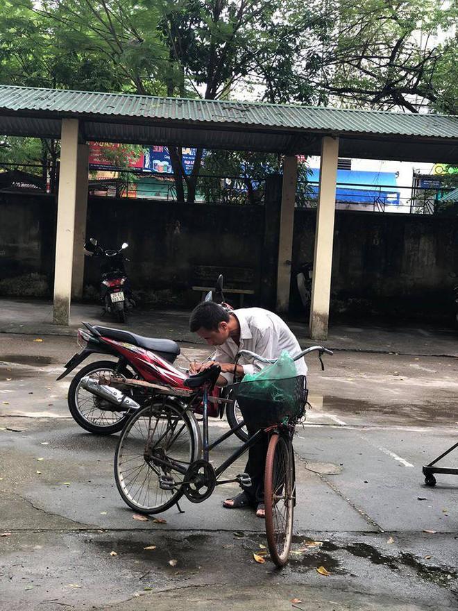 Người cha già đạp xe đến trường xem điểm cho con, cách ông cầm điện thoại chụp ảnh gây xúc động - Ảnh 4.
