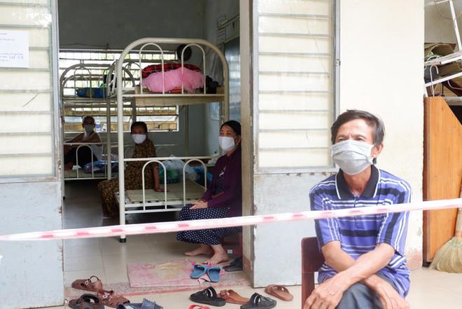 Bên trong Bệnh viện dã chiến Hòa Vang, điểm nóng nhất Đà Nẵng - Ảnh 13.