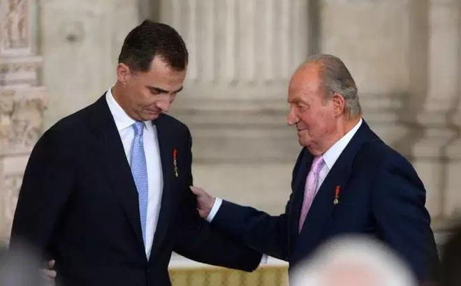 Cựu Vương Tây Ban Nha bỏ nước để sống lưu vong, tránh áp lực lên con
