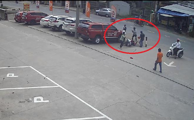 2 tên cướp dùng hung khí tấn công người truy đuổi