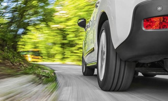 Video: Khám phá bí mật bên trong lốp ô tô khi xe đang chạy trên đường - Ảnh 1.