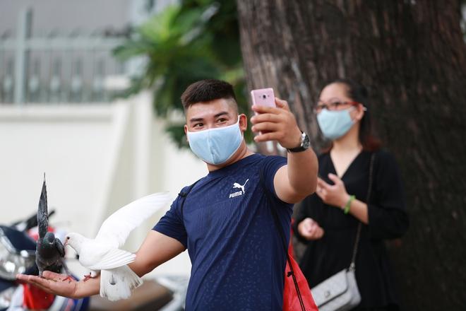 Người Sài Gòn bịt khẩu trang kín mít chụp ảnh tự sướng trong ngày đầu xử phạt không đeo khẩu trang - Ảnh 5.