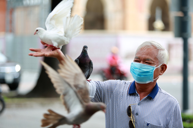Người Sài Gòn bịt khẩu trang kín mít chụp ảnh tự sướng trong ngày đầu xử phạt không đeo khẩu trang - Ảnh 4.