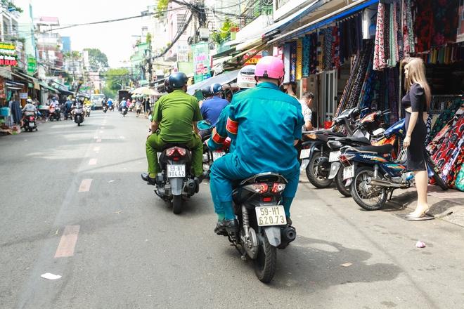 Người Sài Gòn bịt khẩu trang kín mít chụp ảnh tự sướng trong ngày đầu xử phạt không đeo khẩu trang - Ảnh 2.