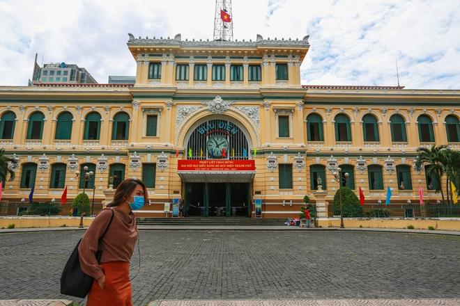 Người Sài Gòn bịt khẩu trang kín mít chụp ảnh tự sướng trong ngày đầu xử phạt không đeo khẩu trang - Ảnh 10.