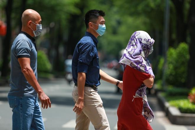 Người Sài Gòn bịt khẩu trang kín mít chụp ảnh tự sướng trong ngày đầu xử phạt không đeo khẩu trang - Ảnh 1.