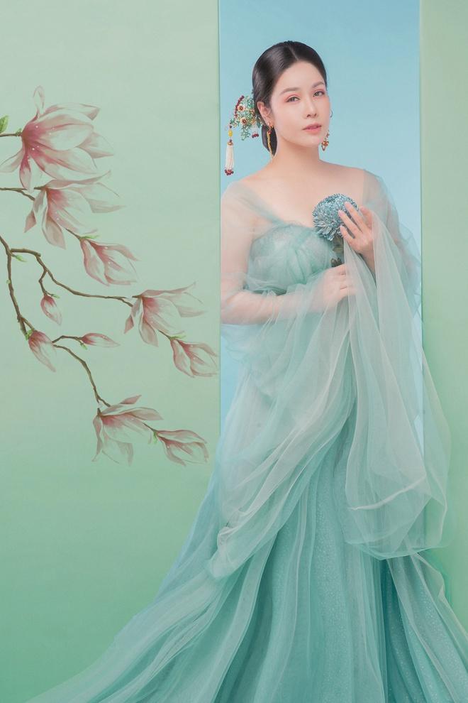 Nhật Kim Anh khoe thần thái trẻ đẹp trong loạt ảnh cổ trang - Ảnh 2.