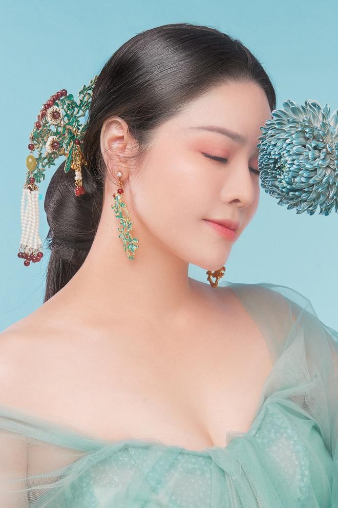 Nhật Kim Anh khoe thần thái trẻ đẹp trong loạt ảnh cổ trang - Ảnh 1.