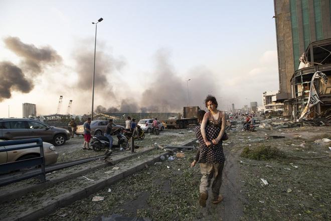 Hình ảnh nổ kinh hoàng như ngày tận thế: Sóng xung kích xé toạc cả Beirut trong vài giây - Ảnh 15.