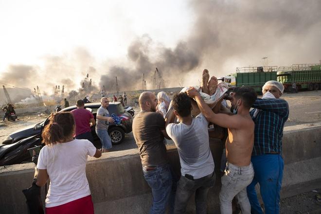 Hình ảnh nổ kinh hoàng như ngày tận thế: Sóng xung kích xé toạc cả Beirut trong vài giây - Ảnh 16.