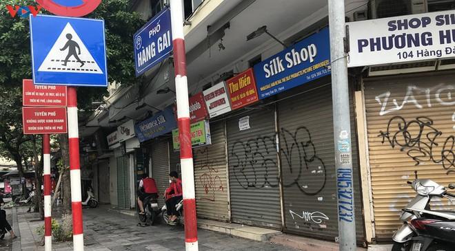 Phố cổ Hà Nội treo đầy biển hiệu sang nhượng, đóng cửa - Ảnh 1.